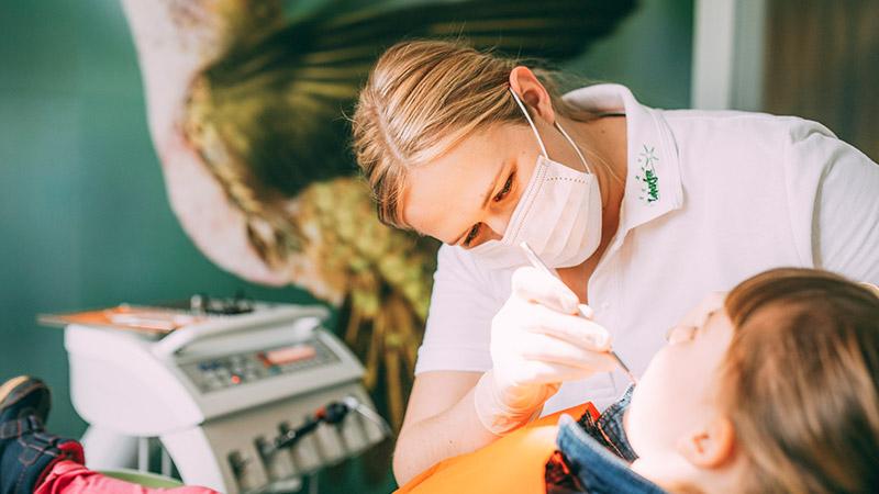 Zahnärztin Anne Stille behandelt junge Patientin mit Hypnose in Magdeburg.