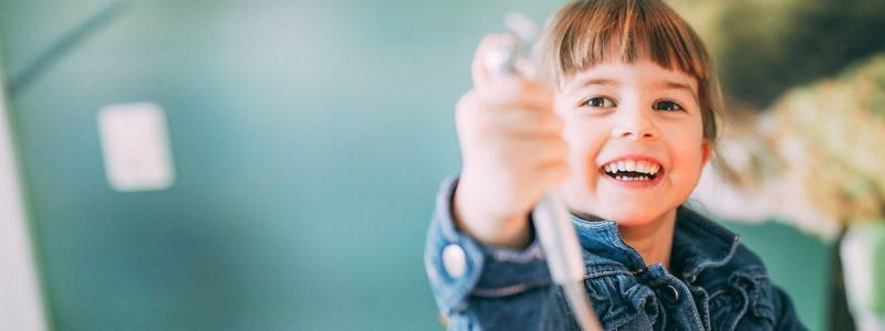 Junges Mädchen hat gesunde Zähne beim Kinderzahnarzt in Magdeburg.