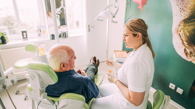 Zahnärztin Anne Stille behandelt Herpes mit Laser.