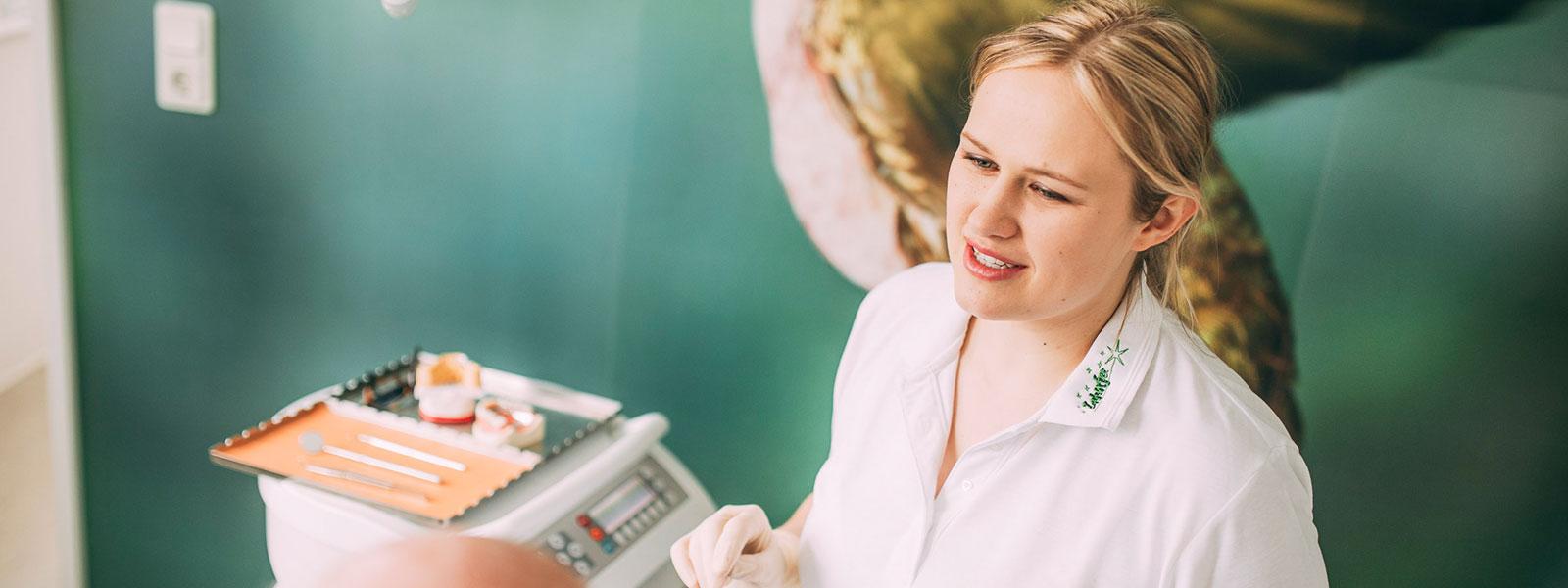 Zahnärztin Anne Stille behandelt mit Laser in Magdeburg.