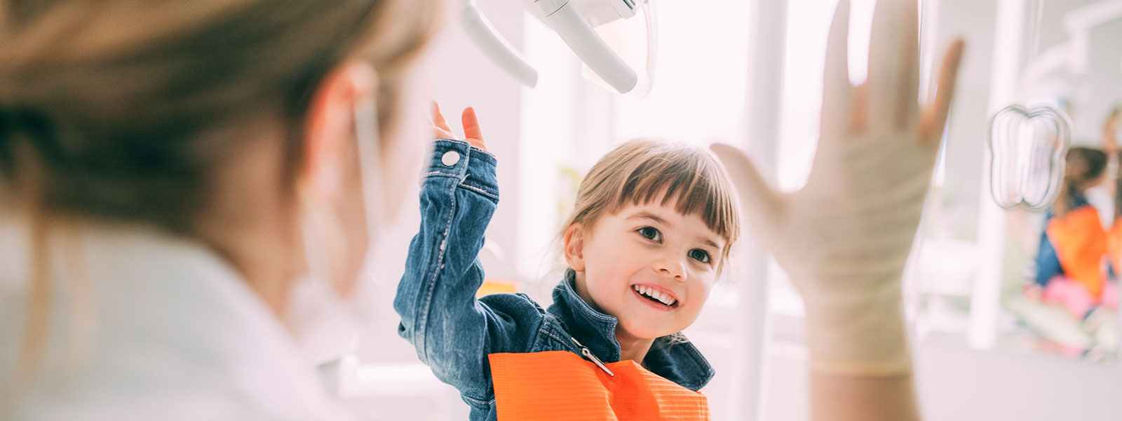 Kleines Mädchen freut sich über gesunde Kinderzähne in Magdeburg.