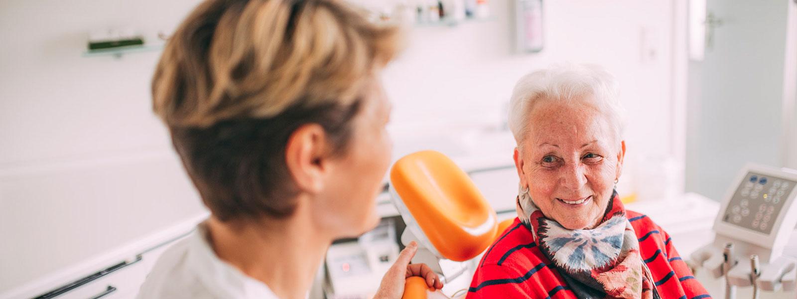 Zahnärztin Antje Stille aus Magdeburg unterhält sich mit Patientin über gesunde Zähne.
