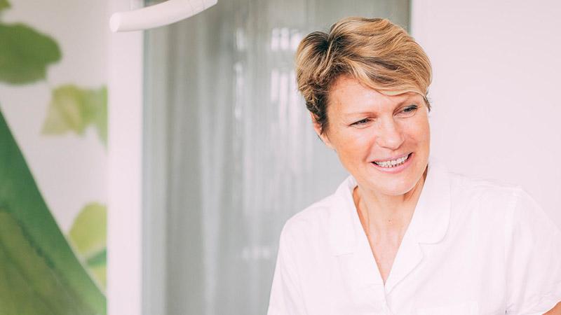 Zahnärztin Antje Stille aus Magdeburg lächelt.