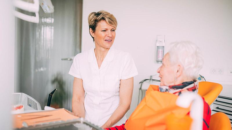 Zahnärztin Antje Stille unterhält sich mit Patienten über Wurzelbehandlung in Magdeburg.