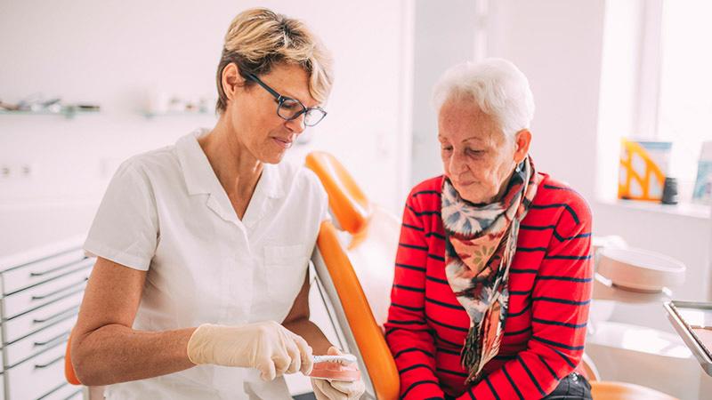 Zahnärztin Antje Stille berät Patientin zur Implantatprophylaxe in Magdeburg.